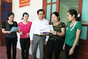 Lãnh đạo Ban Vì sự tiến bộ phụ nữ huyện Đà Bắc trao đổi về quyền bình đẳng giới trong lĩnh vực chính trị với phụ nữ cơ sở.